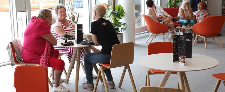 Cafégæster der hygger sig
