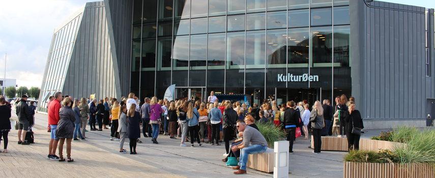 En masse mennesker foran KulturØen